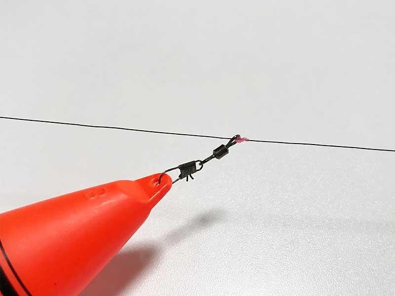 シモリ玉がないとウキ止め糸をすり抜けてしまう