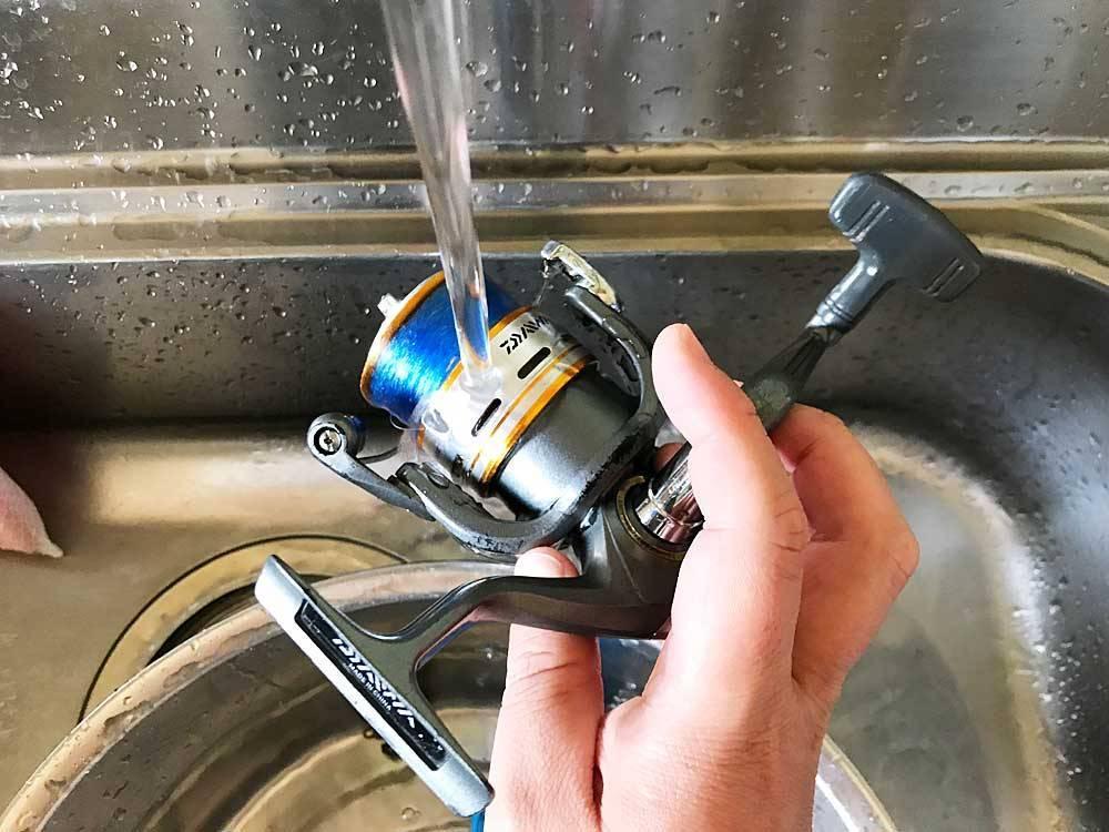 できるだけ内部に水が入らないよう流水で洗う