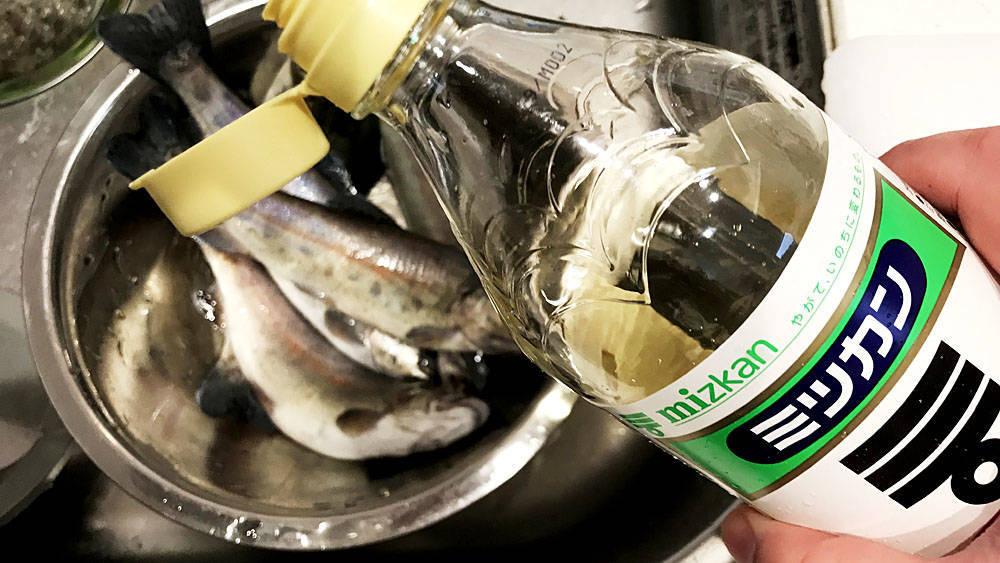ヌメヌメの魚に酢を振りかける