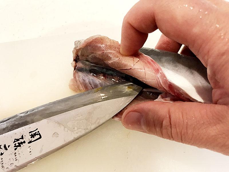 包丁で血合いの膜を切ってかきだす