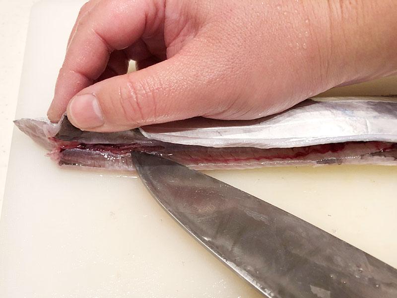血合いの膜に刃を入れる