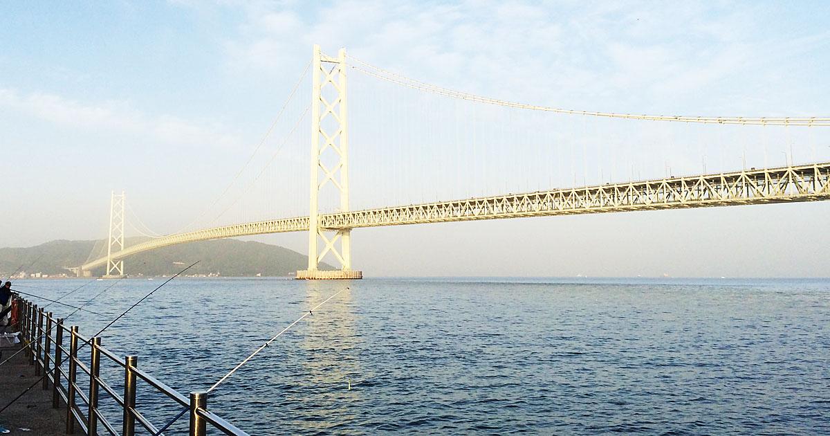 春霞みでぼんやり見える明石海峡大橋