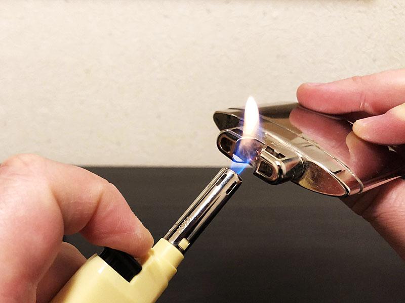 ライターなどの火で火口を数秒炙る